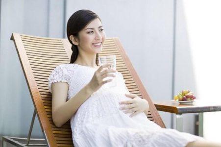 Cách trị táo bón cho bà bầu bằng việc uống nhiều nước